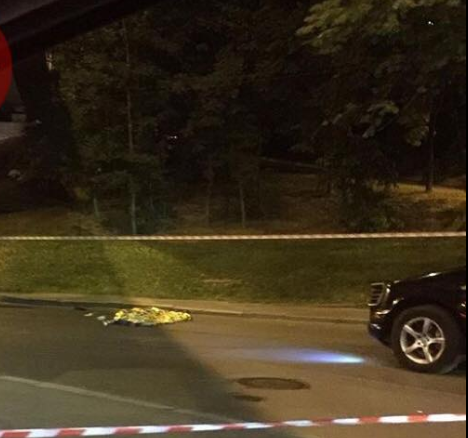 На Парковой дороге мужчина прыгнул с эстакады и попал под авто