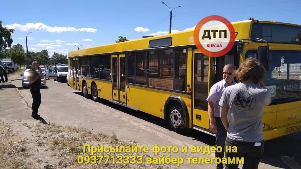 В Киеве женщина-водитель автобуса сбила велосипедиста и устроила гонки с полицией