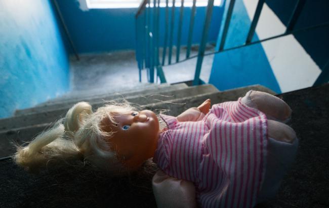 На Печерске горе-родители чуть не угробили жизнь своей малютки
