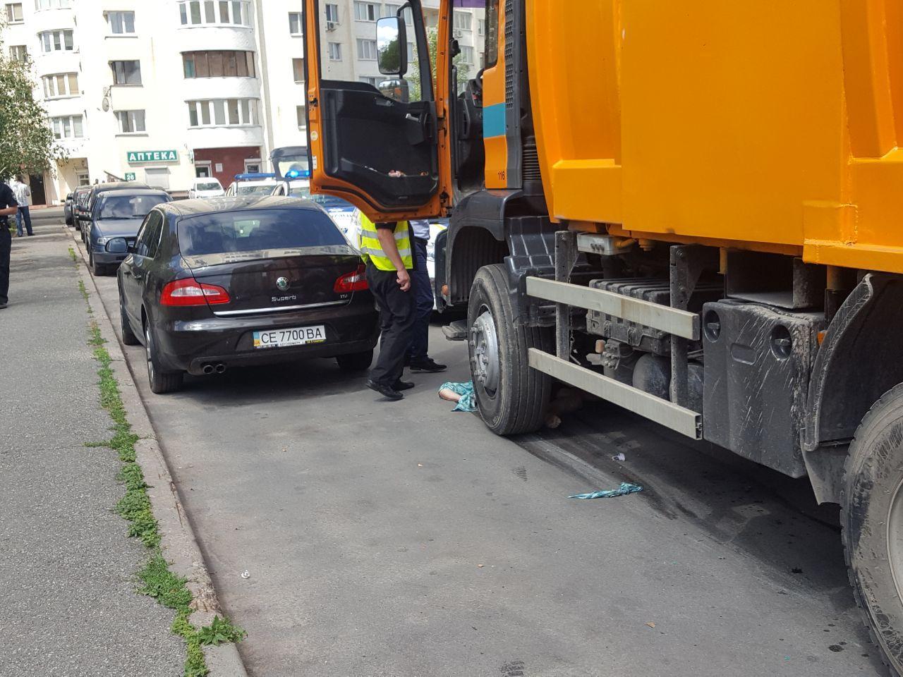 В Киеве пенсионерка поскользнулась и попала под колеса мусоровоза