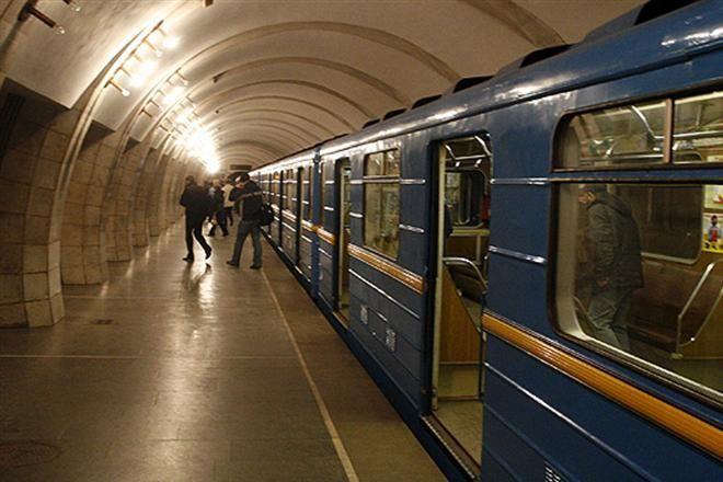 В киевском метро подростки спрыгнули под прибывающий поезд