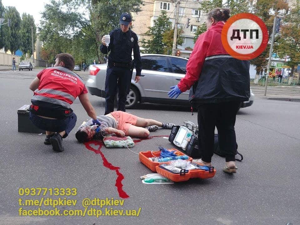 В Киеве неустановленный автомобиль сбил велосипедиста