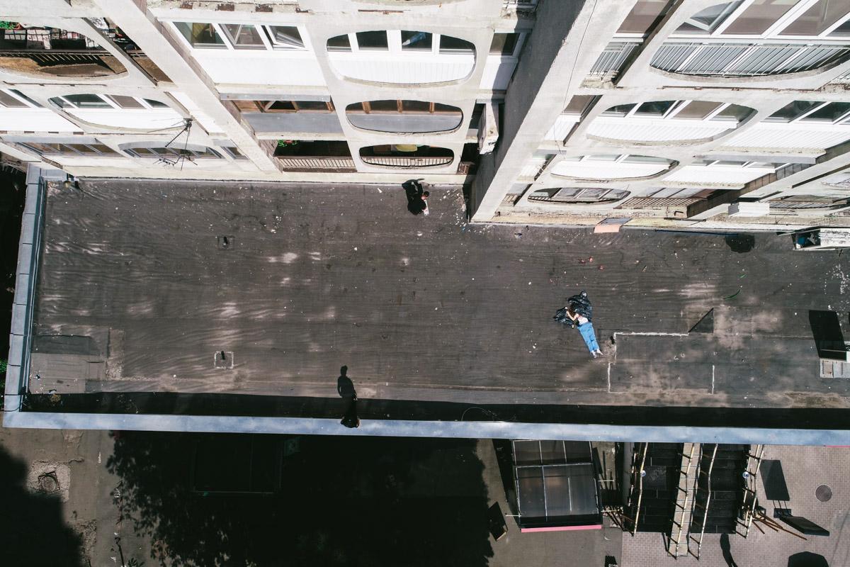 В центре Киева на крышу ресторана упала женщина