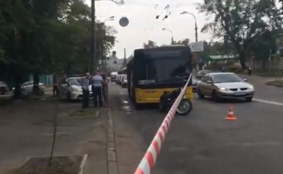 В Киеве мотоциклист расстрелял водителя троллейбуса