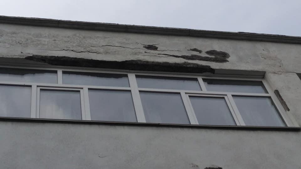 В Киеве осыпался фасад здания школы