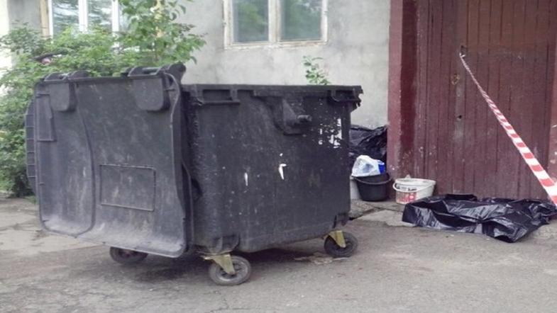 Пьяная женщина выкинула в мусорник своего ребенка