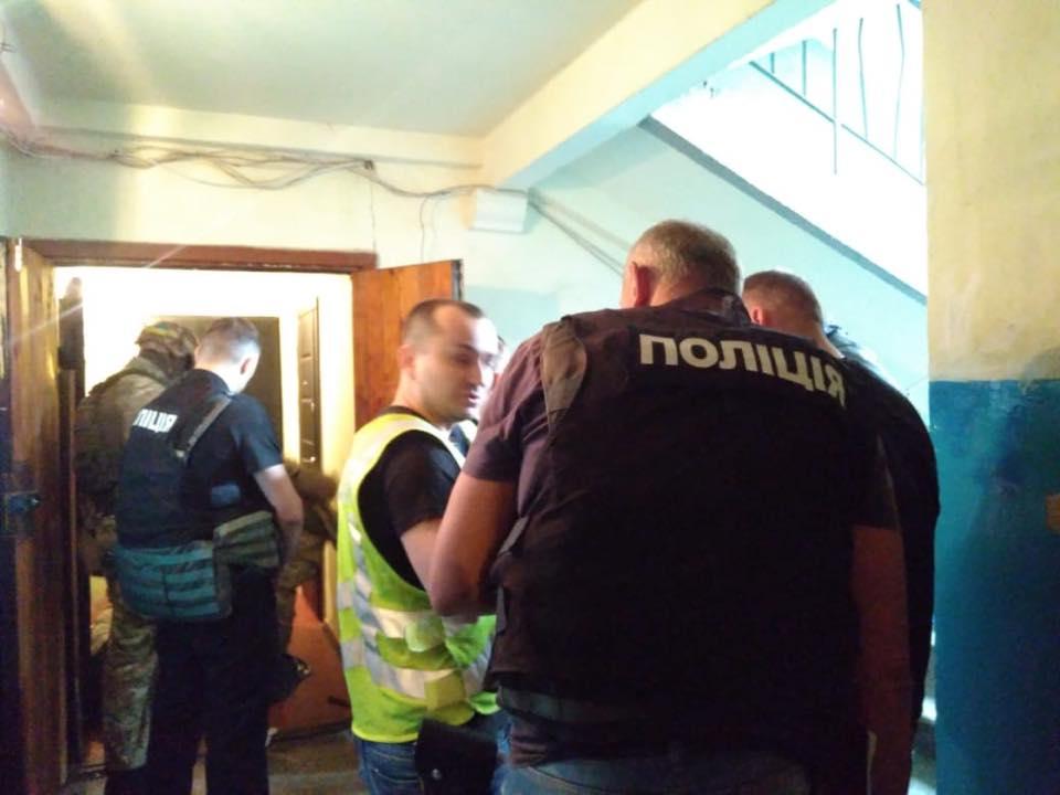 В Киеве вооруженный мужчина взял в заложники четырех маленьких детей