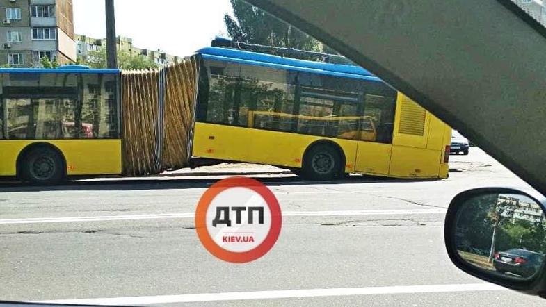 На Троещине напополам сломался троллейбус-гармошка