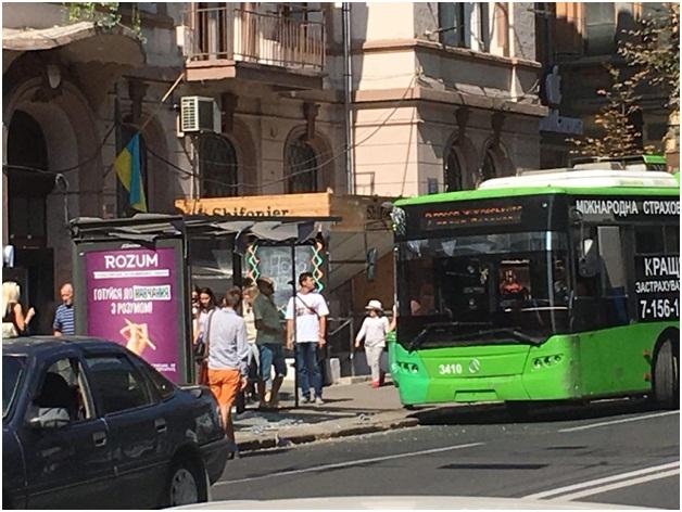 В центре Киева из-за троллейбуса людей посекло осколками стекла