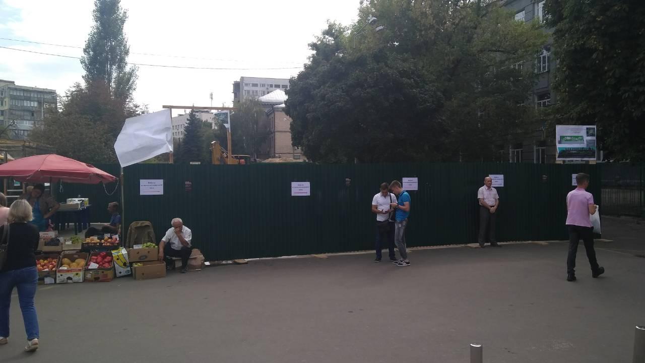 Возле метро КПИ начали обустраивать сквер