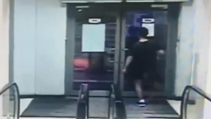 """В Киеве """"веселый озорник"""" подрался со стеклянной дверью"""