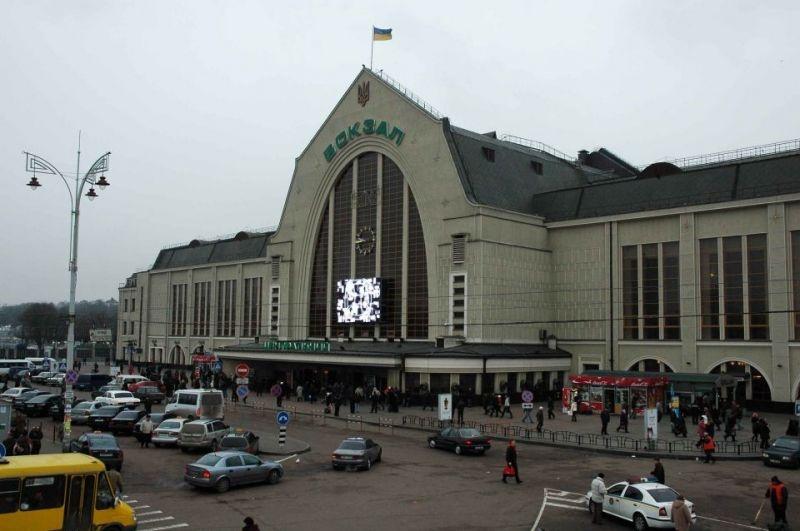 Территорию возле ж/д вокзала в Киеве очищают от сомнительных МАФов