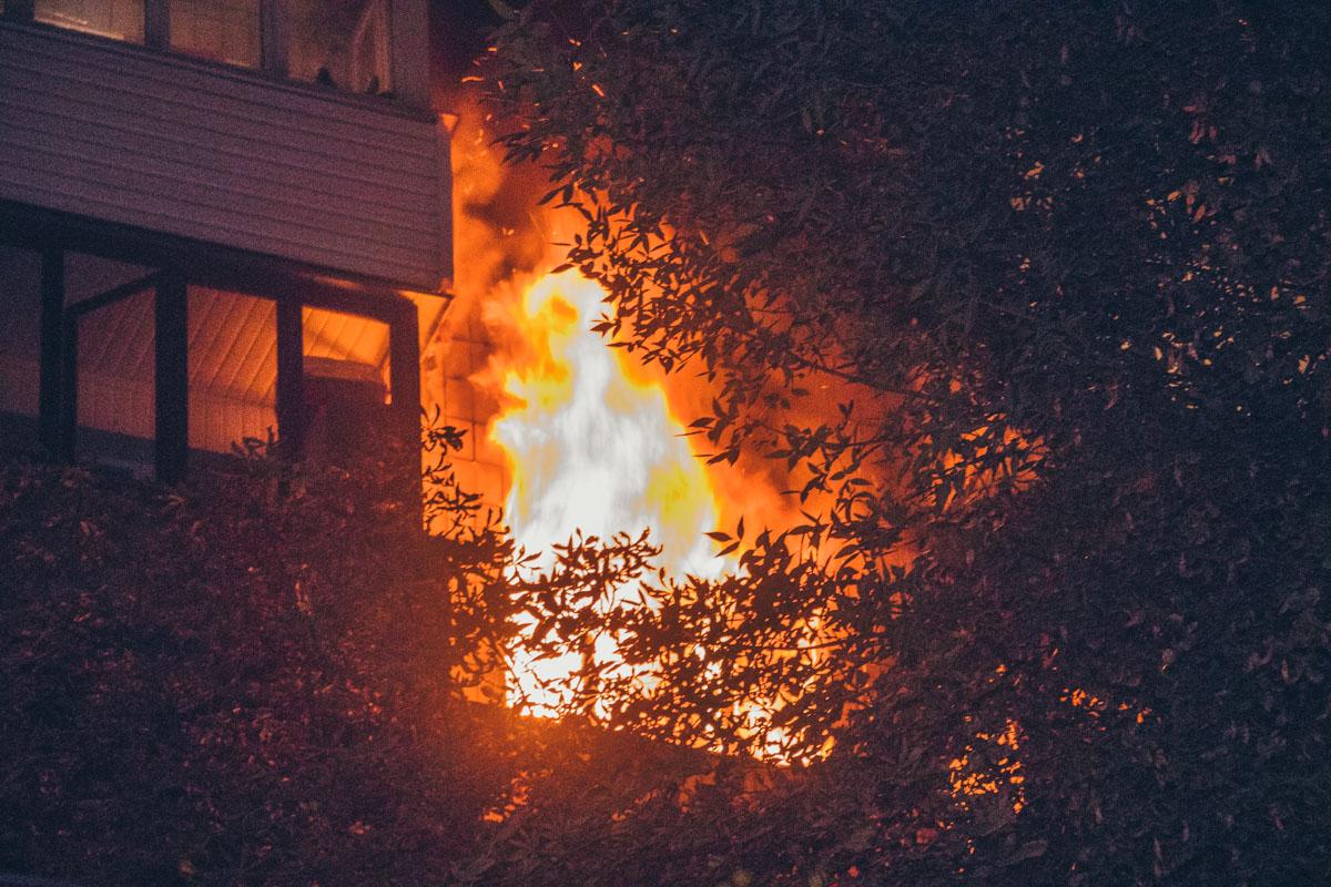 В Киеве пьяного мужчину вынесли из пылающей квартиры