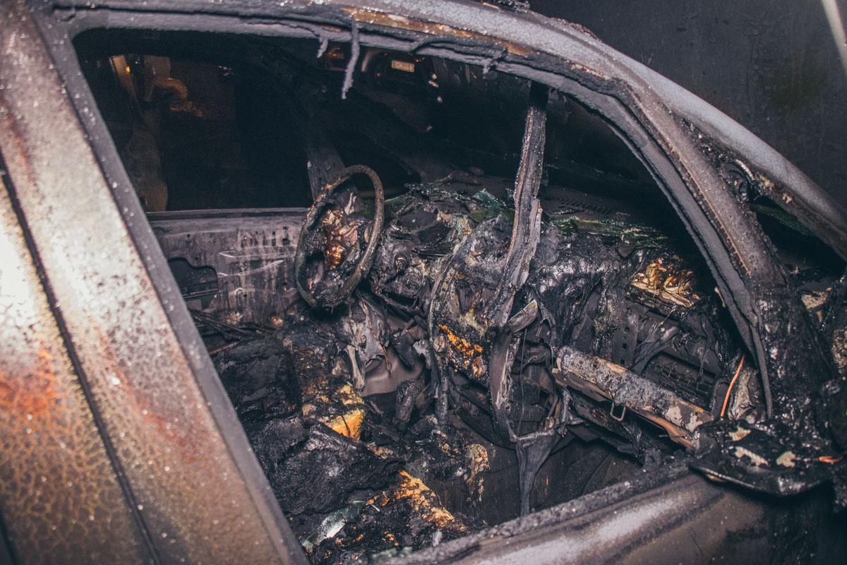В Киеве на автостоянке случился масштабный пожар - сгорели 6 авто