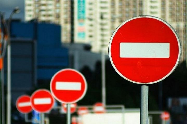 В Киеве обнаженная женщина заблокировала проезд авто