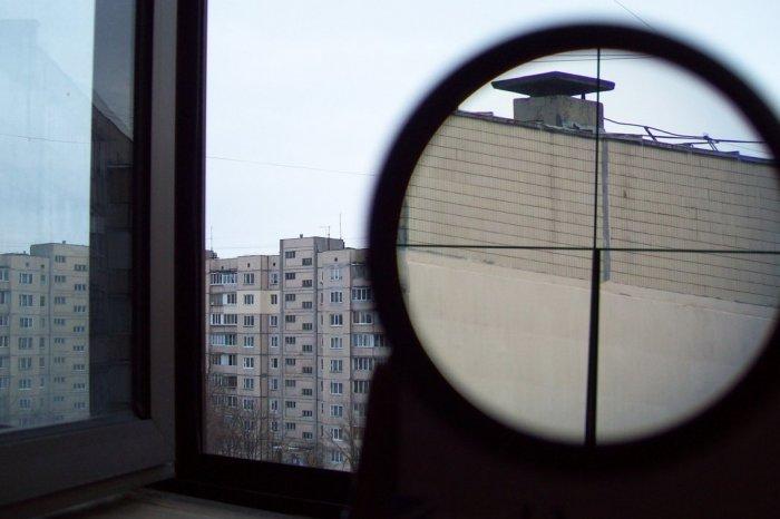 В Киеве мужчина с балкона устроил стрельбу по детской площадке