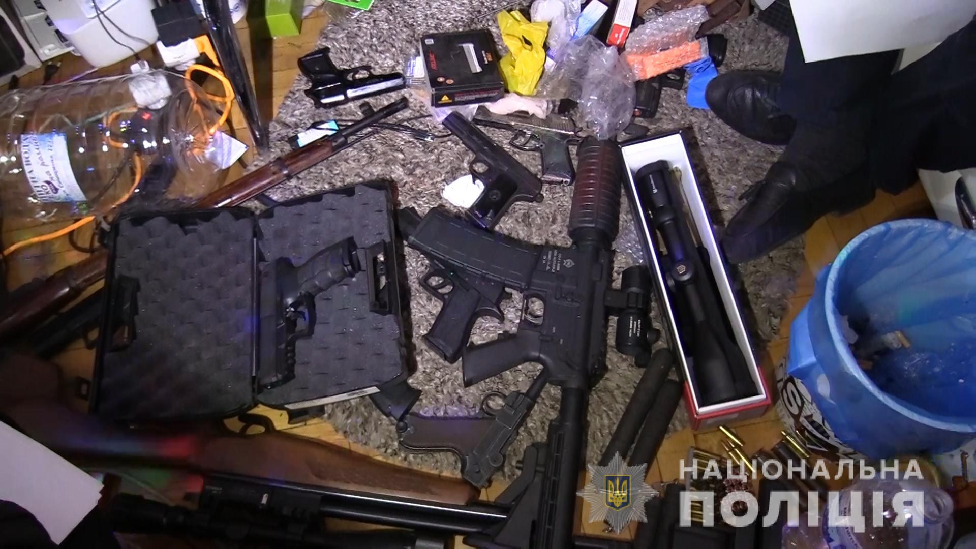 """В Киеве пьяный """"Рэмбо"""" угрожал соседям по дому"""