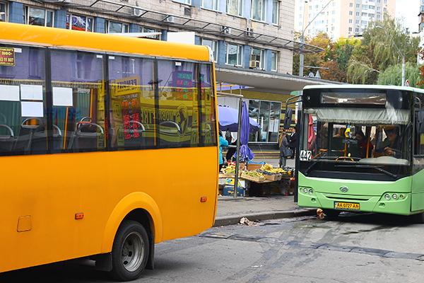 В Киеве стихийщики торгуют уже прямо на остановках транспорта