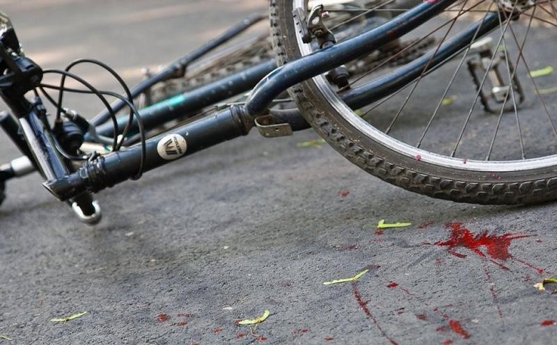 В Киеве автомобиль сбил велосипедистку с ребенком, выехавших из-за куста
