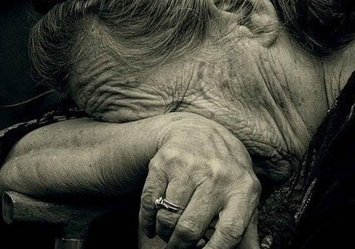 """В Киеве """"социальные работники"""" избили и ограбили 91-летнюю женщину"""