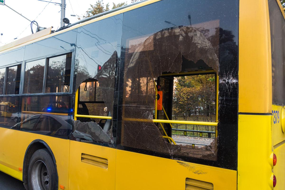 На Соломенке маршрутка разбила окна в троллейбусе