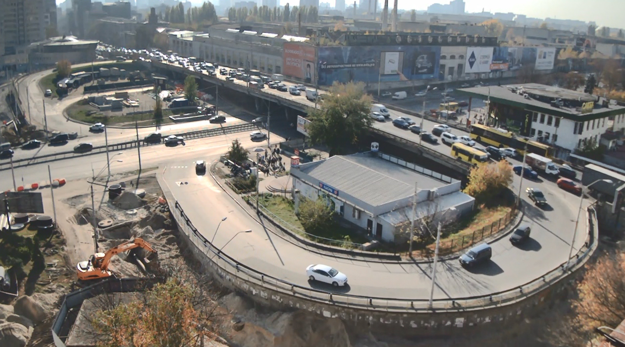 В Киеве водитель авто поехал по Шулявскому мосту во встречной полосе