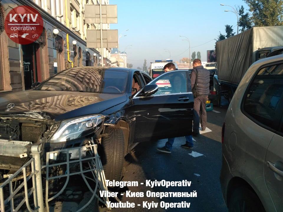У киевлянина за рулем случился приступ эпилепсии. Пострадали 7 авто