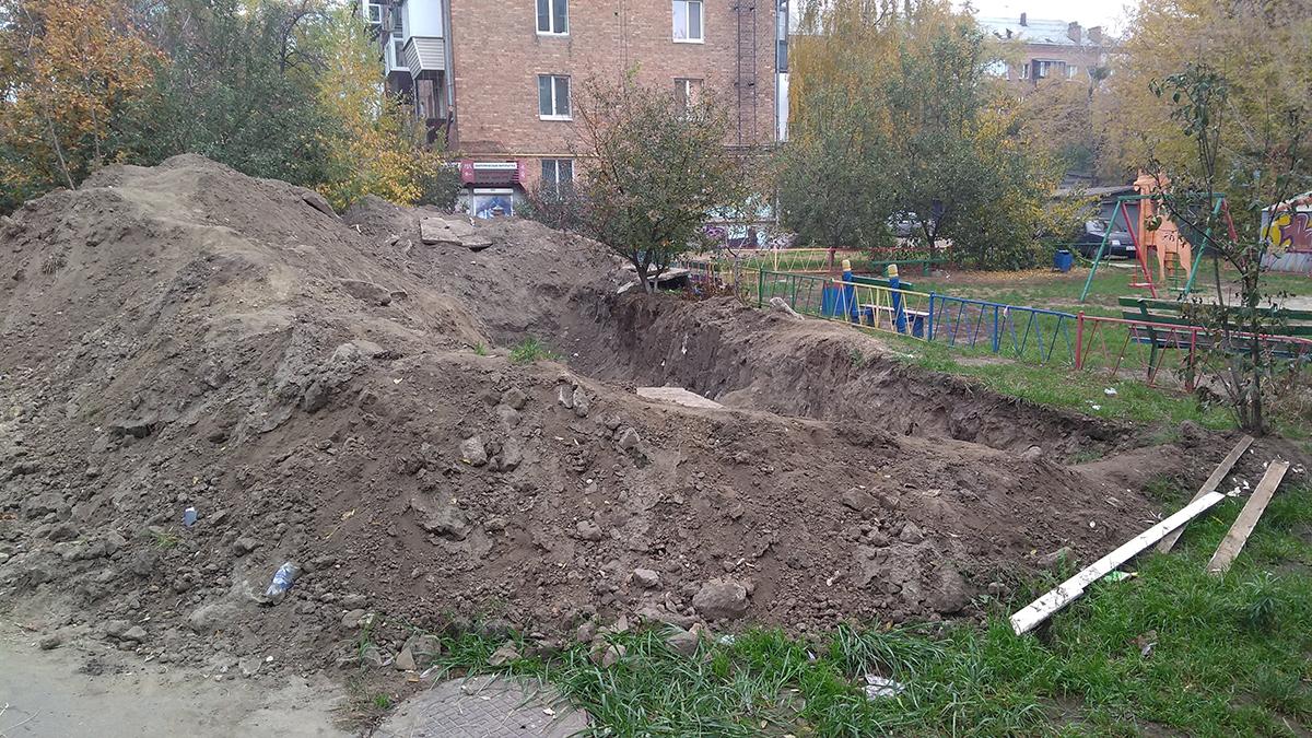"""Во дворе жилых домов Киева появилась """"аварийная детская площадка"""""""