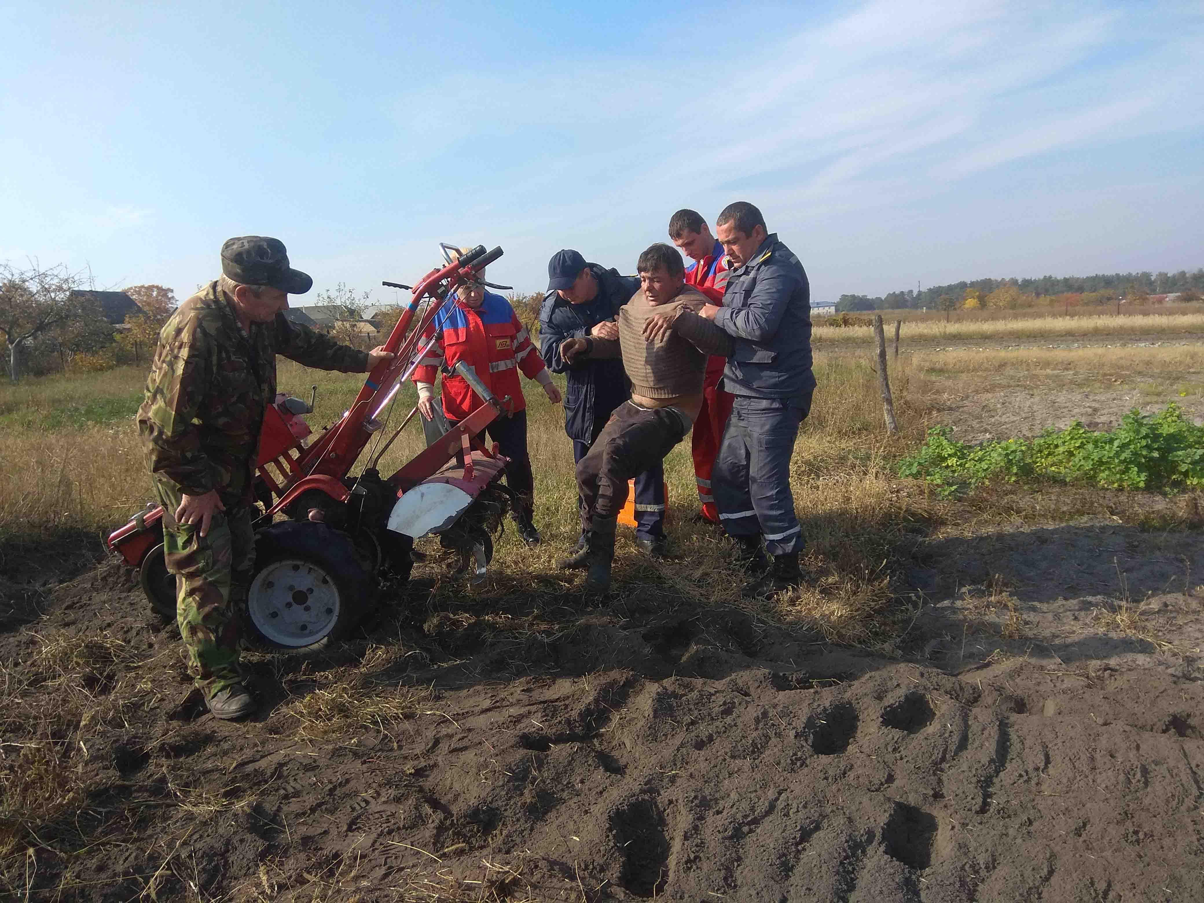 Под Киевом на огороде мужчина получил серьезную травму