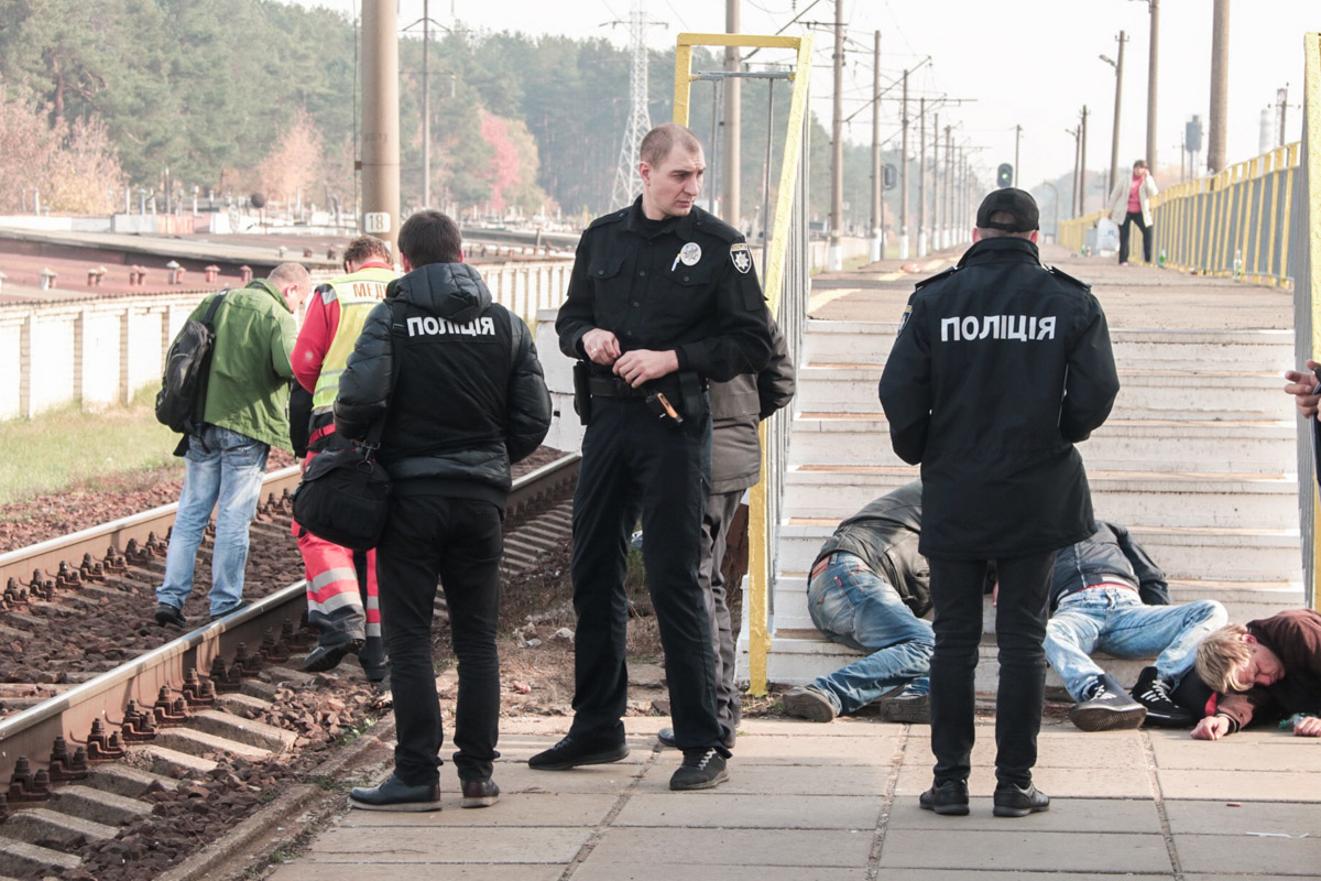 В Киеве электричка сбила насмерть пьяного мужчину, который отдыхал на рельсах