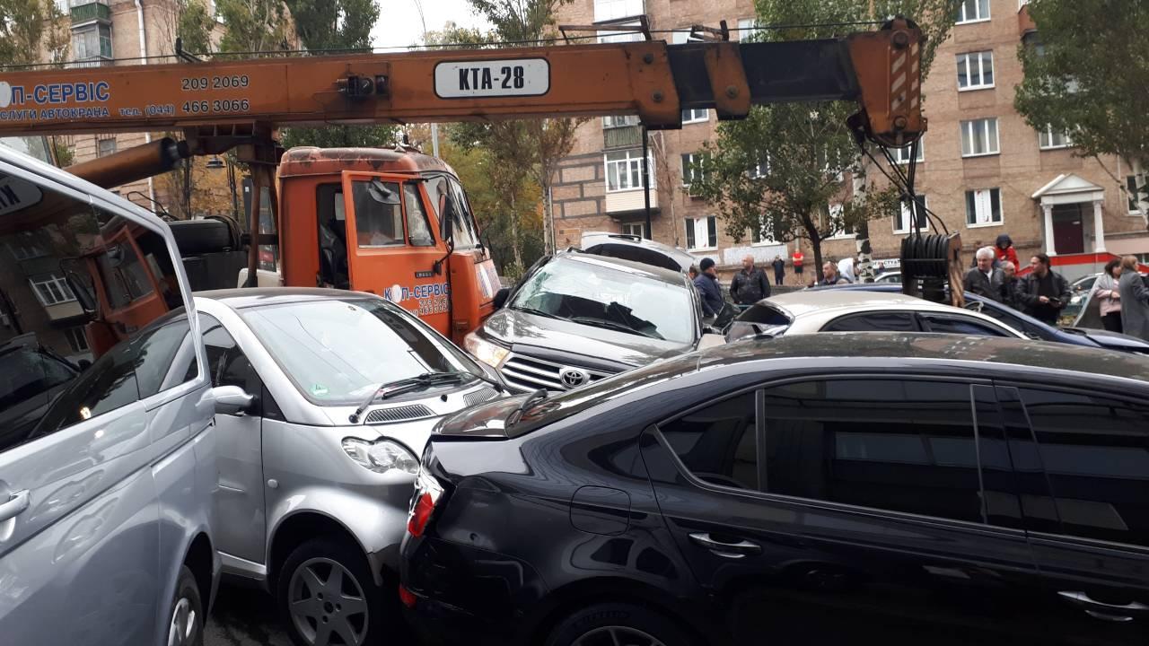 """В Киеве возле БЦ """"Парус"""" автокран смял несколько автомобилей"""