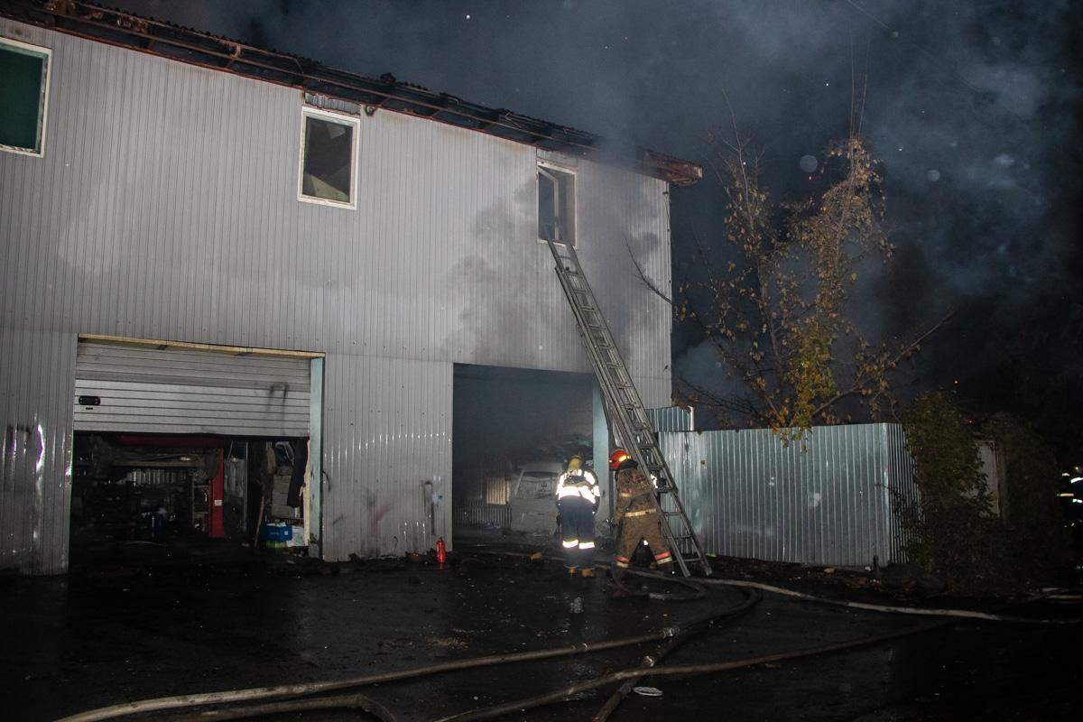 На проспекте Науки в Киеве сгорели хостел и СТО