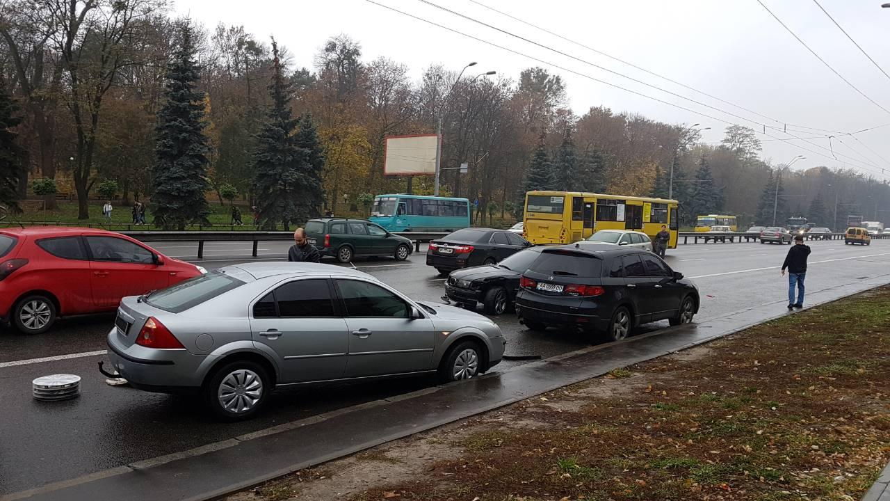 Возле киевского зоопарка столкнулись 5 автомобилей. Девушка-зачинщик ДТП скрылась