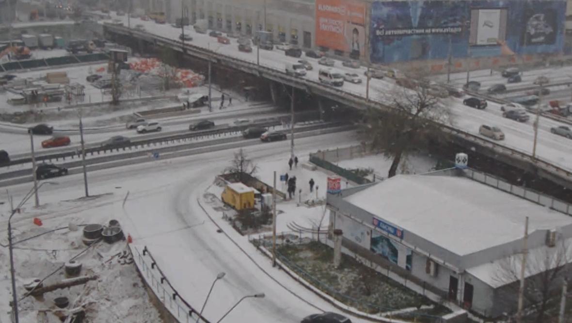 Утром первый снег не стал сюрпризом для столичных автомобилистов