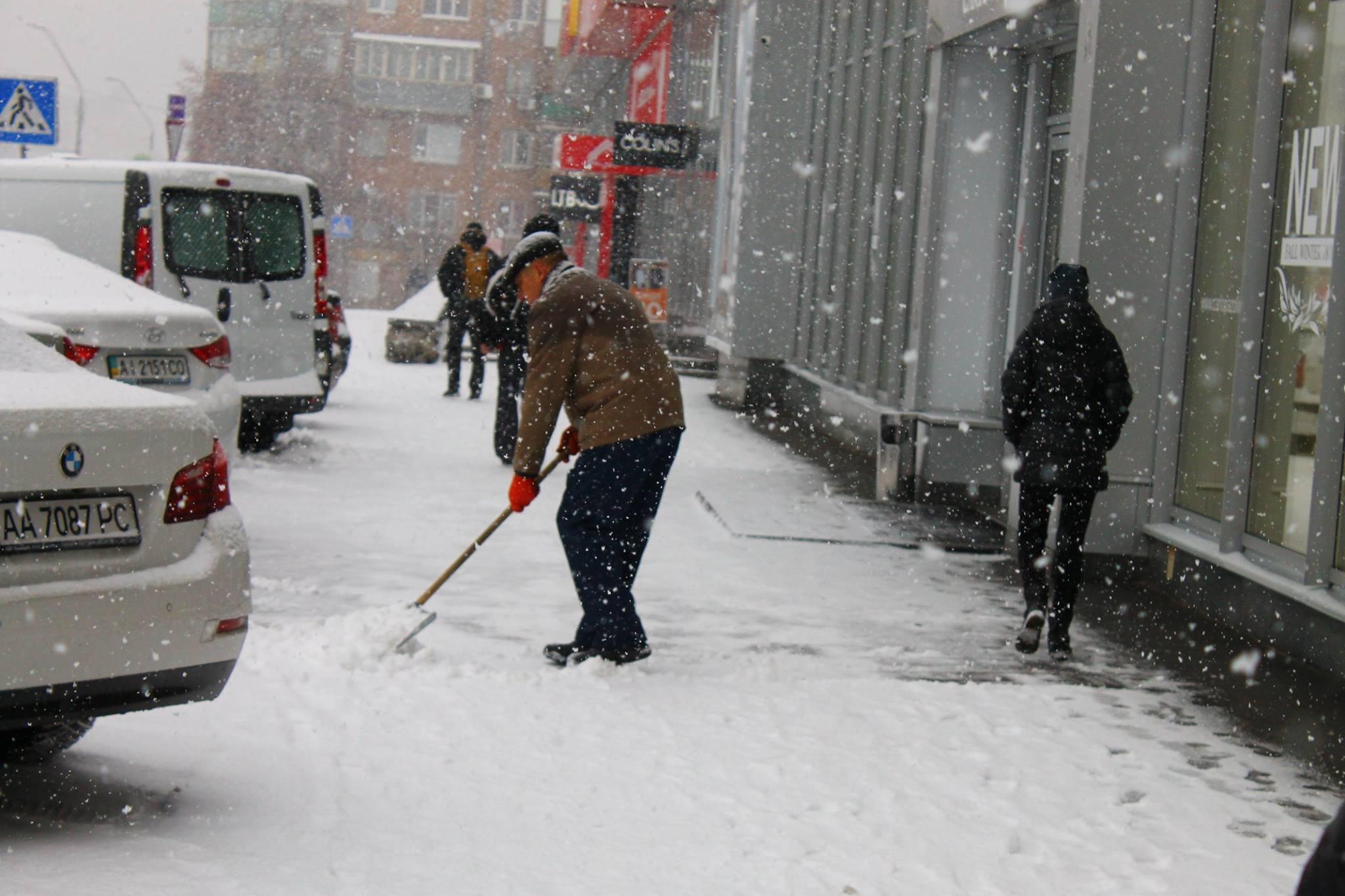 Убирать снег в жилых дворах Киева вышло 3800 коммунальщиков
