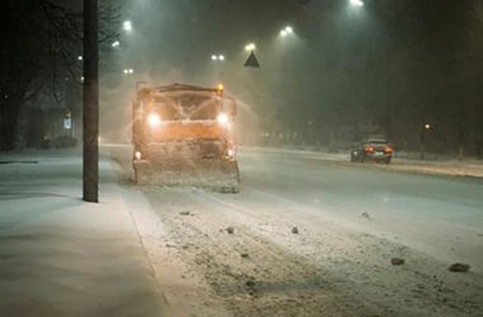 Водителей просят не мешать убирать снег в Киеве