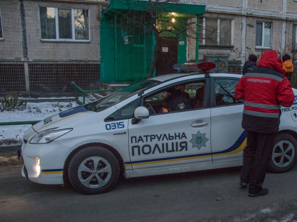 В Киеве женщина нашла на лестнице труп своего сына