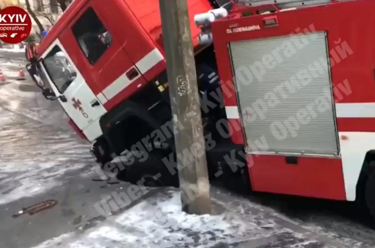 Курьезное ДТП: на Татарке пожарные провалились под асфальт