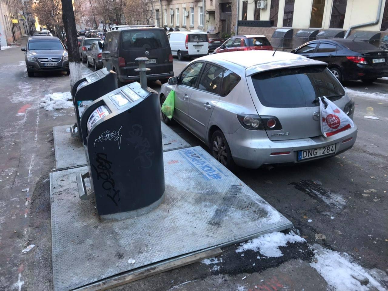 """В Киеве водителя на """"евробляхах"""" наградили мусорными отходами"""