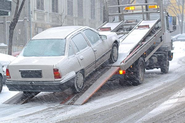 На улицы Киева выйдут эвакуаторы, чтобы переставлять авто, мешающие уборке снега