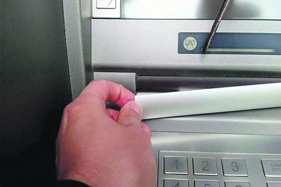 """У киевлянки украли деньги с помощью """"накладки"""" на банкомат"""