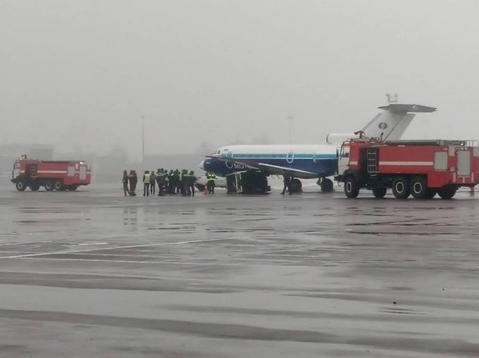 """В аэропорту """"Киев"""" пассажирский самолет попал в ДТП"""