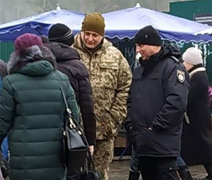 """Военнообязанных киевлян люди в форме """"ловят"""" возле станций метро"""