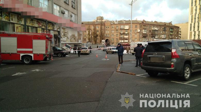 В Киеве средь бела дня неизвестные расстреляли автомобиль
