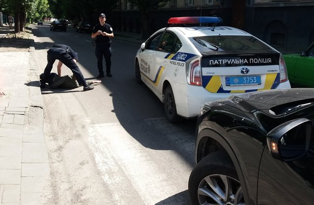 Киевлянин на тротуаре попал под колеса патрульной полиции
