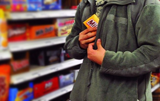Украденная шоколадка в магазине обойдется киевской учительнице в 850 гривен