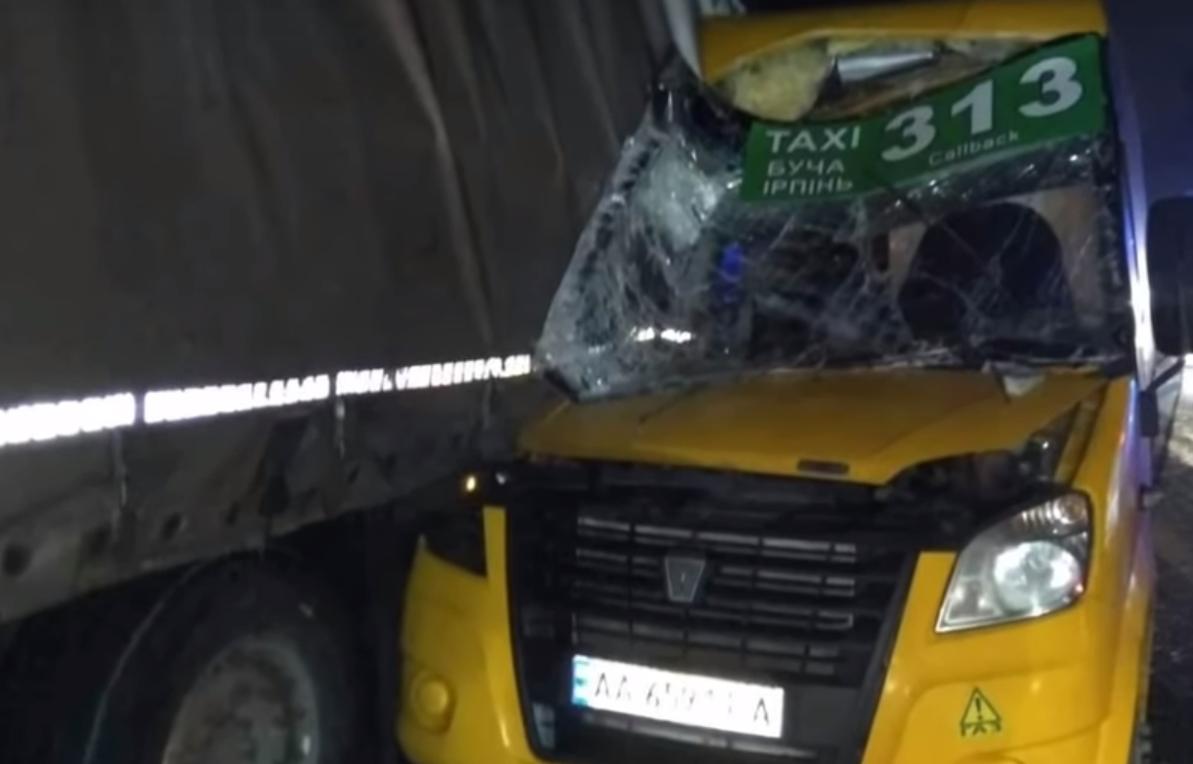 Под Киевом маршрутка врезалась в грузовик - 1 человек погиб, 4 - травмированы