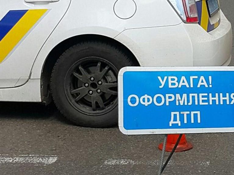 В Киеве автомобиль врезался в школу