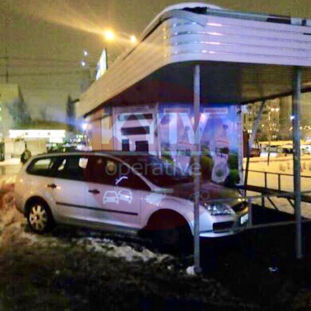 """На Оболони """"герой парковки"""" соорудил себе гараж из транспортной остановки"""