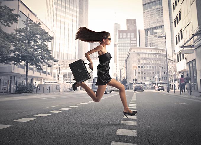 На Бессарабской площади девушка на каблуках чудом не попала под авто